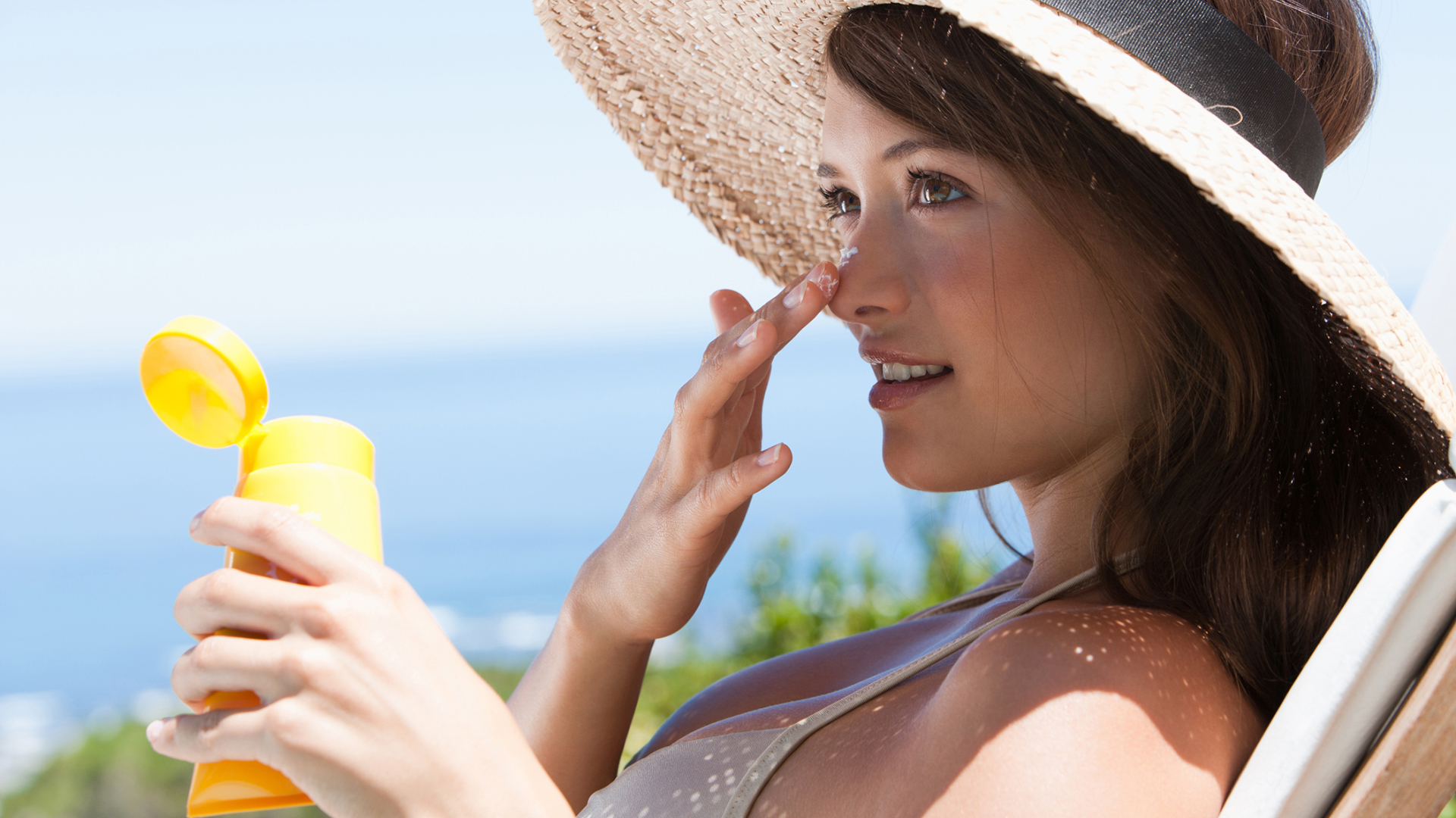 woman-applying-sunscreen